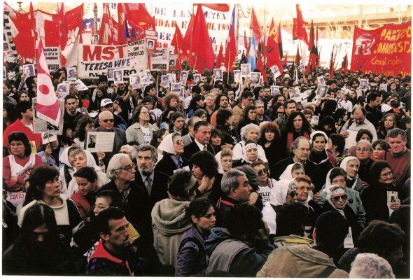 León Ferrari con Madres de Plaza de Mayo, 24 de marzo de 2003 Día de la Memoria, Verdad y Justicia  en marchas de derechos humanos Ca. 2003 Archivo Brodsky